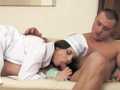 Русская медсестра массажистка трахается с клиентом на сеансе массажа