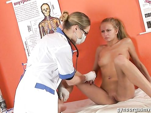 Медсестра засунула стройной девушке гинекологическое зеркало во влагалище