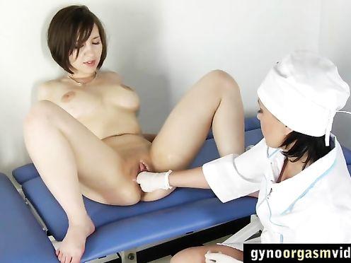 Медсестра сделала фистинга и выебала студентку на мед осмотре