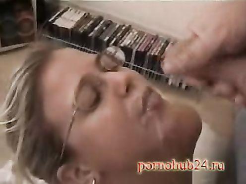 Муж снял на телефон как кончил в рот замужней любовнице в очках