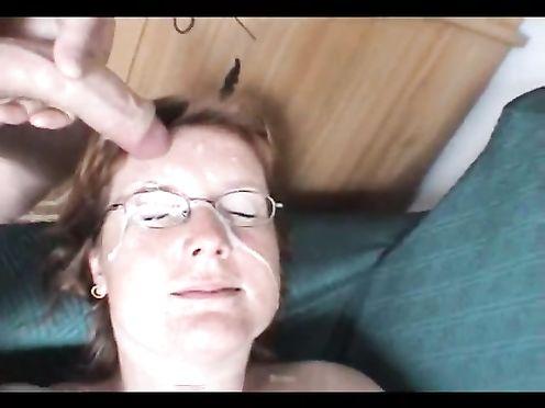 Бабушка сосёт у молодого пацана и принимает его сперму в рот