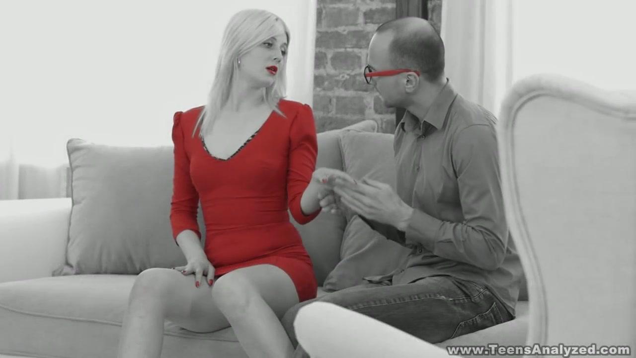 Милфа пристроила попку на красном капоте